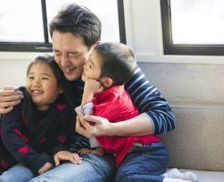 子供を抱きしめる父親
